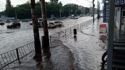 Буря после пекла: улицы Самары затопило после ливня с градом