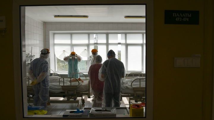Люди быстро подхватывают вирус и быстро «тяжелеют»: врачи — о новых симптомах ковида и четвертой волне