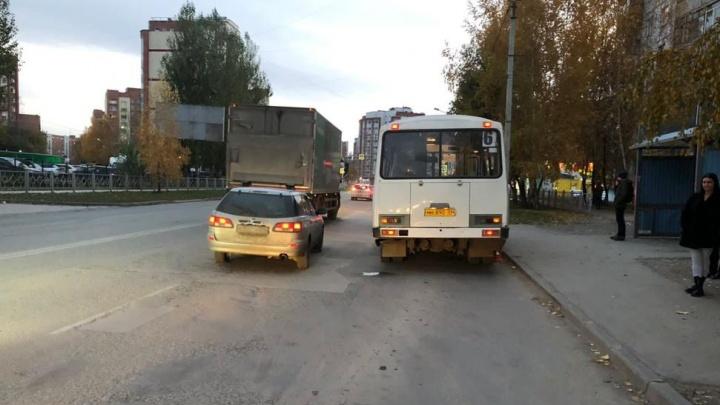 В Бердске пенсионерка упала под автобус — ее доставили в больницу