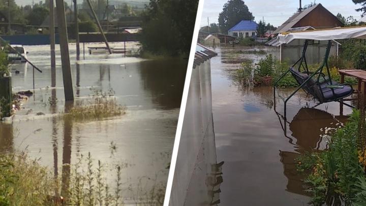 «Вода стремительно прибывает, поднялась уже на метр». Село на Урале затопило после грозы