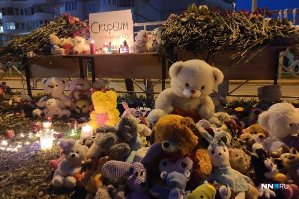 До поздней ночи жители Казани несли к школе цветы и игрушки