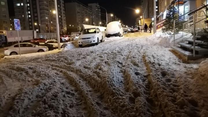 Красноярцы жалуются на заваленные снегом дворы. Куда звонить?