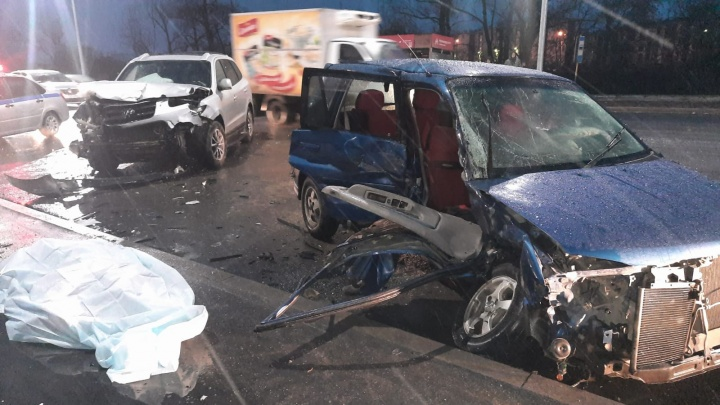 В утреннем ДТП в Новосибирске погиб водитель — он выехал на встречку