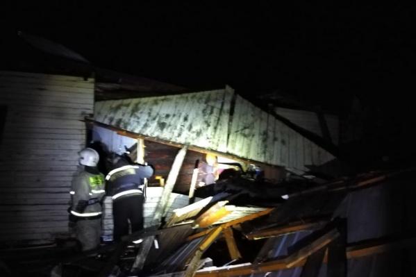 Из-под завалов пожарные вытащили мужчину и женщину