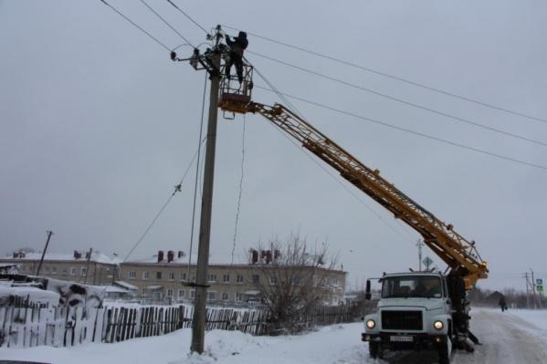 На местах аварийных отключений света в Зауралье работают 317 энергетиков и 128 единиц техники