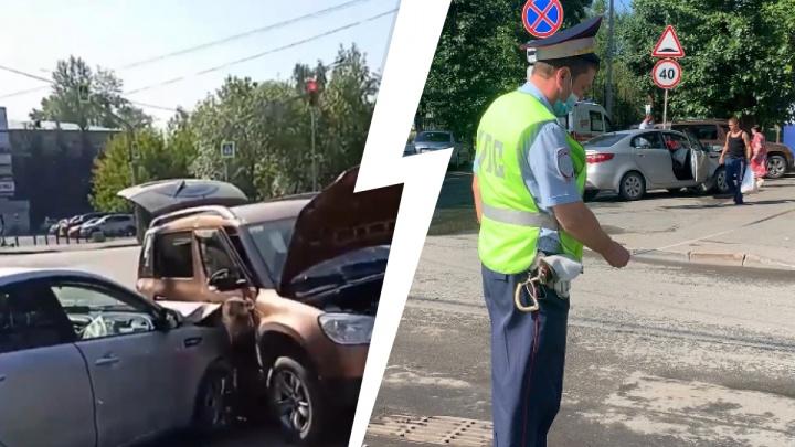 Водитель Skoda не заметила помеху. В ГИБДД рассказали подробности аварии на Вторчермете, где пострадал ребенок