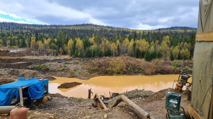 Прокуратура остановила работу золотодобывающей артели из-за загрязнения притока Маны