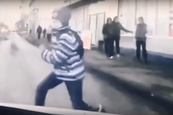 Школьник выбежал на дорогу в нескольких метрах от пешеходного перехода
