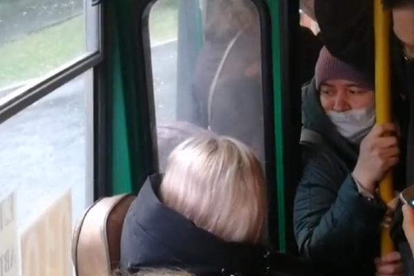 Женщина долго ждала на остановке автобус, но не смогла в него влезть