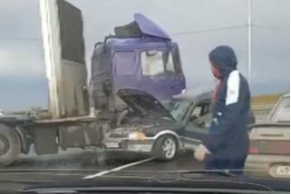 Под Новосибирском тягач врезался в легковушку — пострадал человек