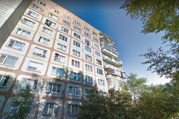 Дом находится в Тракторозаводском районе — в самом начале проспекта Ленина
