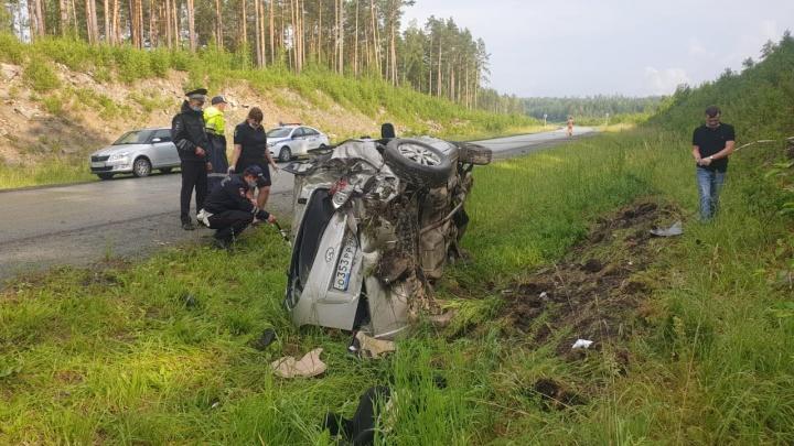 Машина улетела в кювет и перевернулась: на Урале водитель не справился с управлением и погиб
