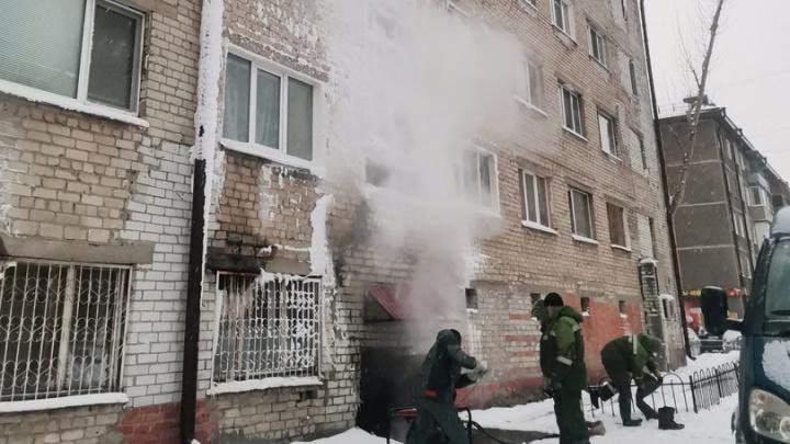 Тепловики с прошлого года не могут устранить протечку в подвале общежития на Одесской