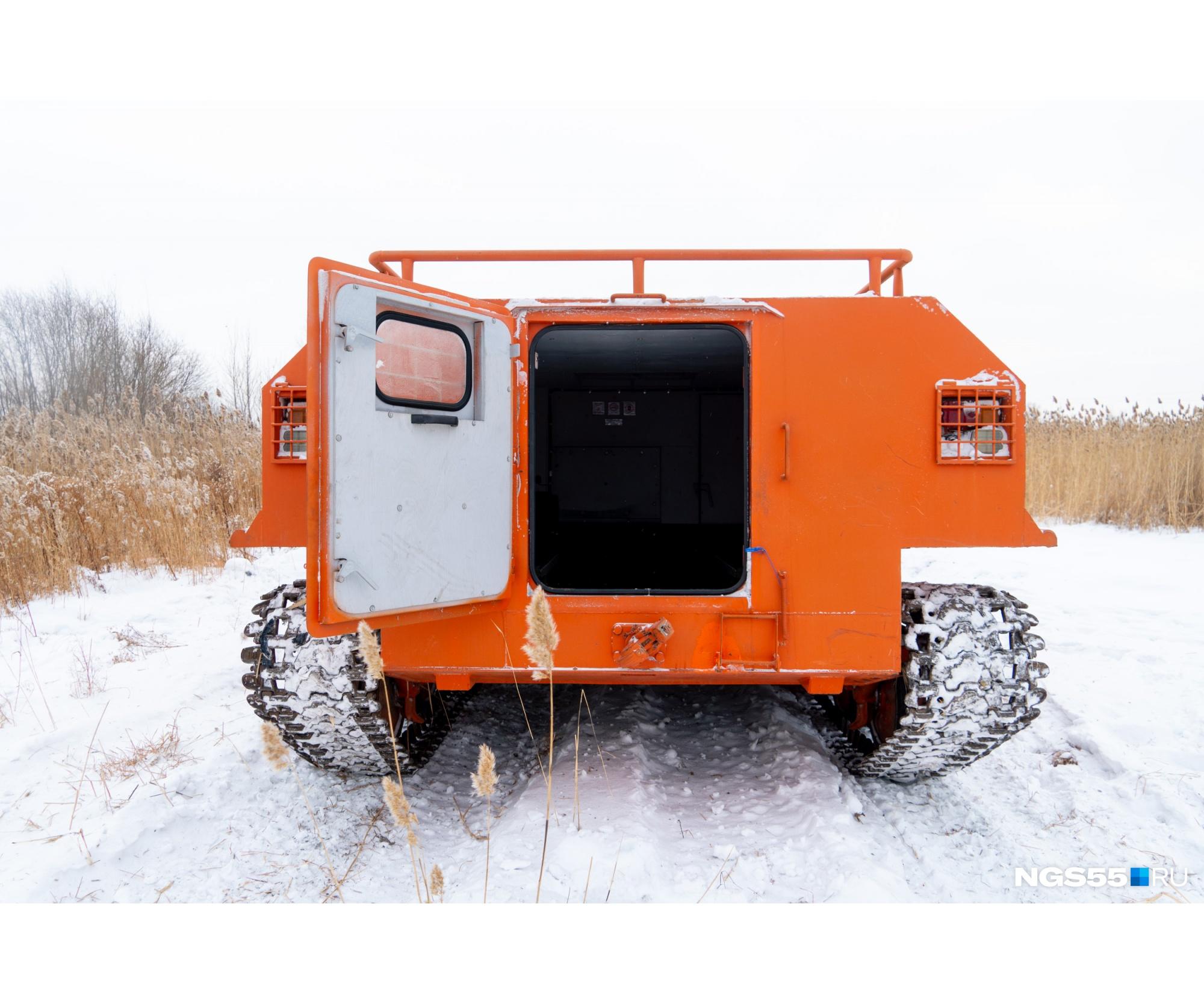 Наш вариант — грузопассажирский. На эти вездеходы монтируют буровое оборудование, лебёдки и отвалы, краны, гидроподъемники и многое другое