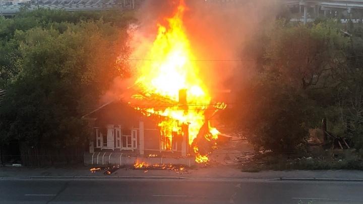На улице Российской сгорел второй за неделю деревянный дом