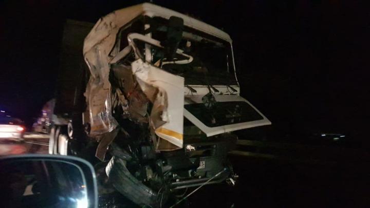 Трасса М-4 в Краснодаре встала из-за крупного ДТП с тремя фурами. Видео аварии