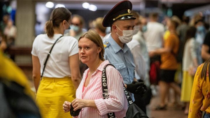 В новосибирском метро снова ловили пассажиров без масок — 10 фото, как это было