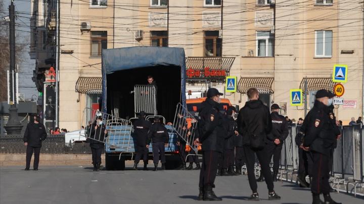 На площади Революции в Челябинске выставили ограждения. Движение пешеходов перекрывают
