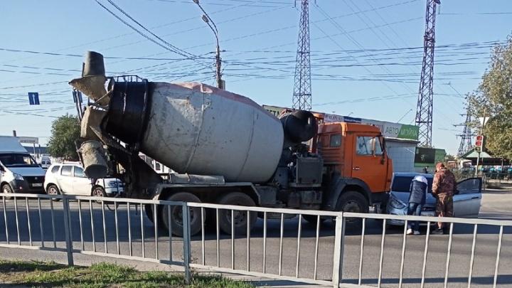 В Волгограде ранним утром пятницы цементовоз протаранил легковушку
