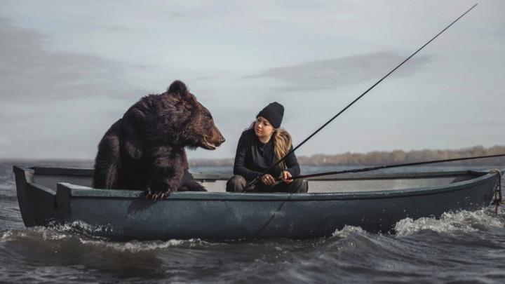 «Мы делим еду, он спит у меня в руках»: сибирская модель выдумала историю своей жизни с медведем и попала в Daily Mail