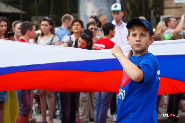 """Флешмоб с огромным флагом <nobr class=""""_"""">России —</nobr> традиционная акция в Волгограде <nobr class=""""_"""">12 июня</nobr>"""
