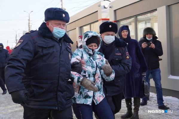 Первой полиция задержала молодую омичку