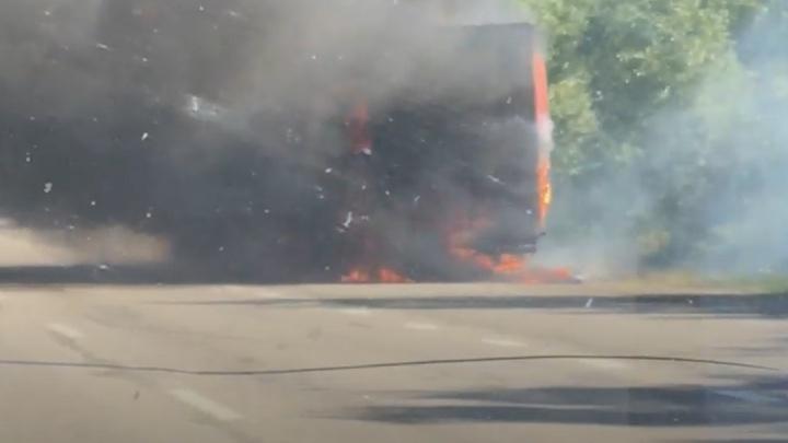 Трассу Челябинск — Екатеринбург заволокло дымом из-за вспыхнувшей фуры с покрышками