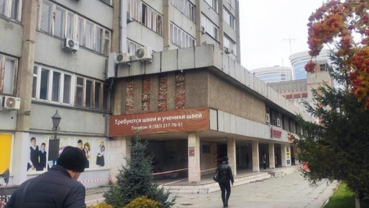 Со здания фабрики «Синар» исчез советский барельеф — строение должны были проверить на историко-культурную ценность