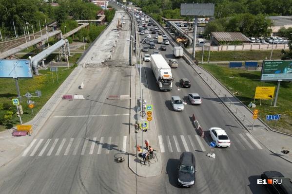 Из-за ремонта моста образовались огромные пробки в обе стороны