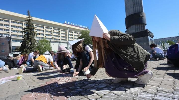 В Красноярске 450 детей установили рекорд России на самый большой рисунок мелом
