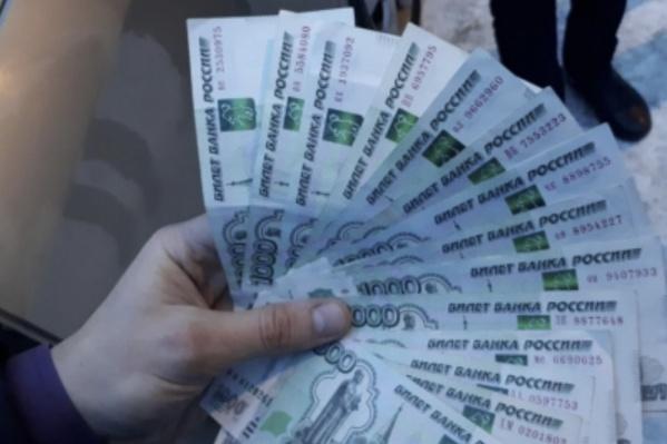 Полицейскому передали 180 тысяч рублей