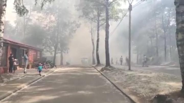 «Что-то взрывается»: в Екатеринбурге горит парк Маяковского, все вокруг затянуло дымом