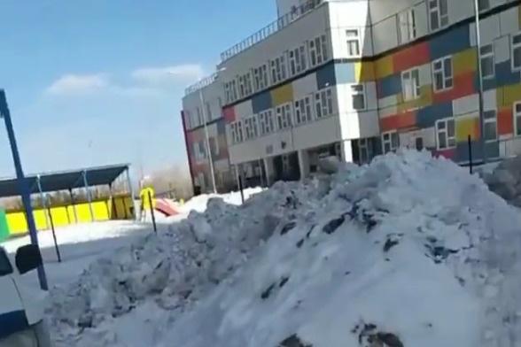 Большая куча возле детского сада в «Росах»