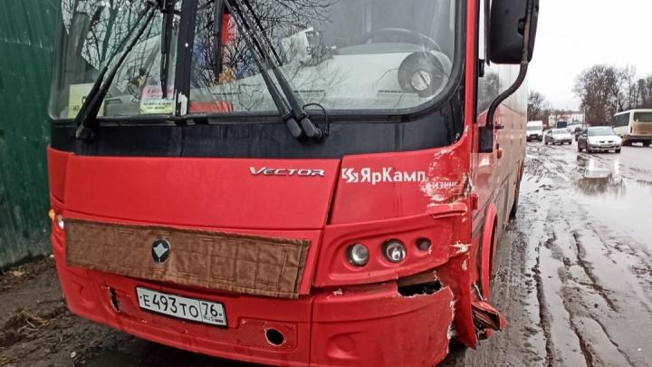 «Пробка в обе стороны»: в Ярославле автобус столкнулся с двумя легковушками
