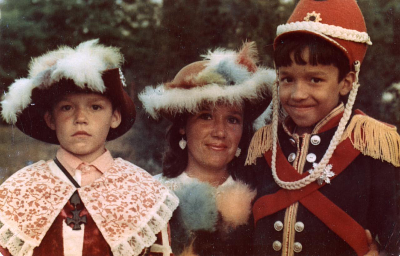 Ильдар Хусаинов (справа) с мамой и братом