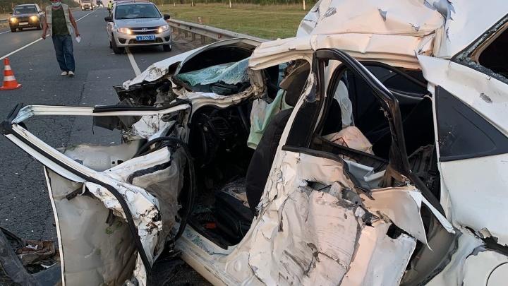 В ДТП в Самарской области погиб екатеринбуржец. Его иномарку протаранил большегруз с зерном