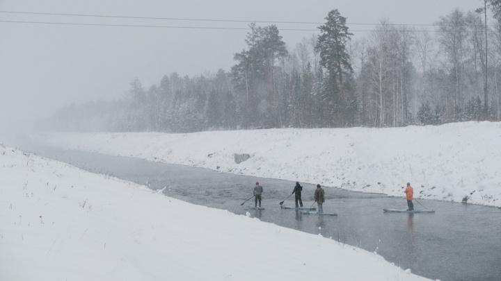 Сёрфингисты показали эффектные фото и видео морозного сплава по закрытому от всех каналу Белоярской АЭС