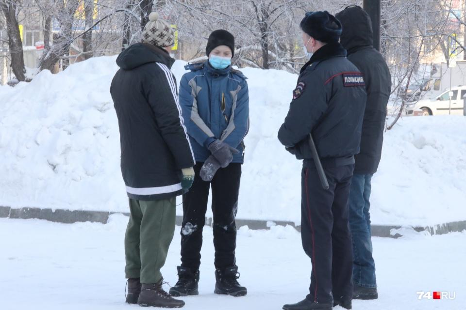 Перед началом субботней акции протеста в Челябинске школьник написал на снегу «Навальный — наш президент», после чего с ним тут же побеседовали полицейские