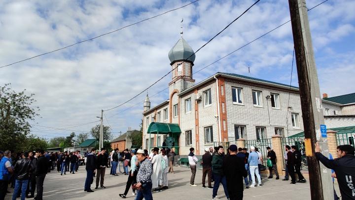 Молились на земле и давали милостыню: как волгоградские мусульмане отметили окончание месяца Рамадан