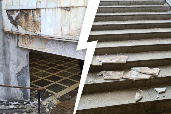 Вход в подземный переход хотели ремонтировать этим летом, но каменные плиты не продержались