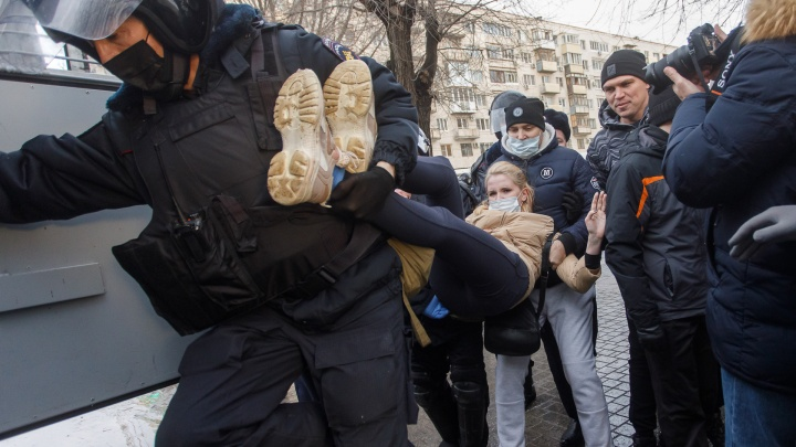 Взрослым штраф и арест. За детей ответят родители: в Волгограде напомнили, что ждет участников незаконных акций