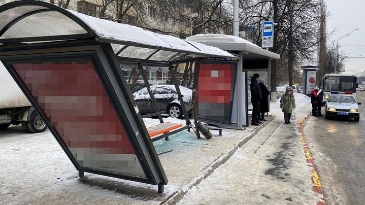 В Уфе пассажирский автобус врезался в остановку