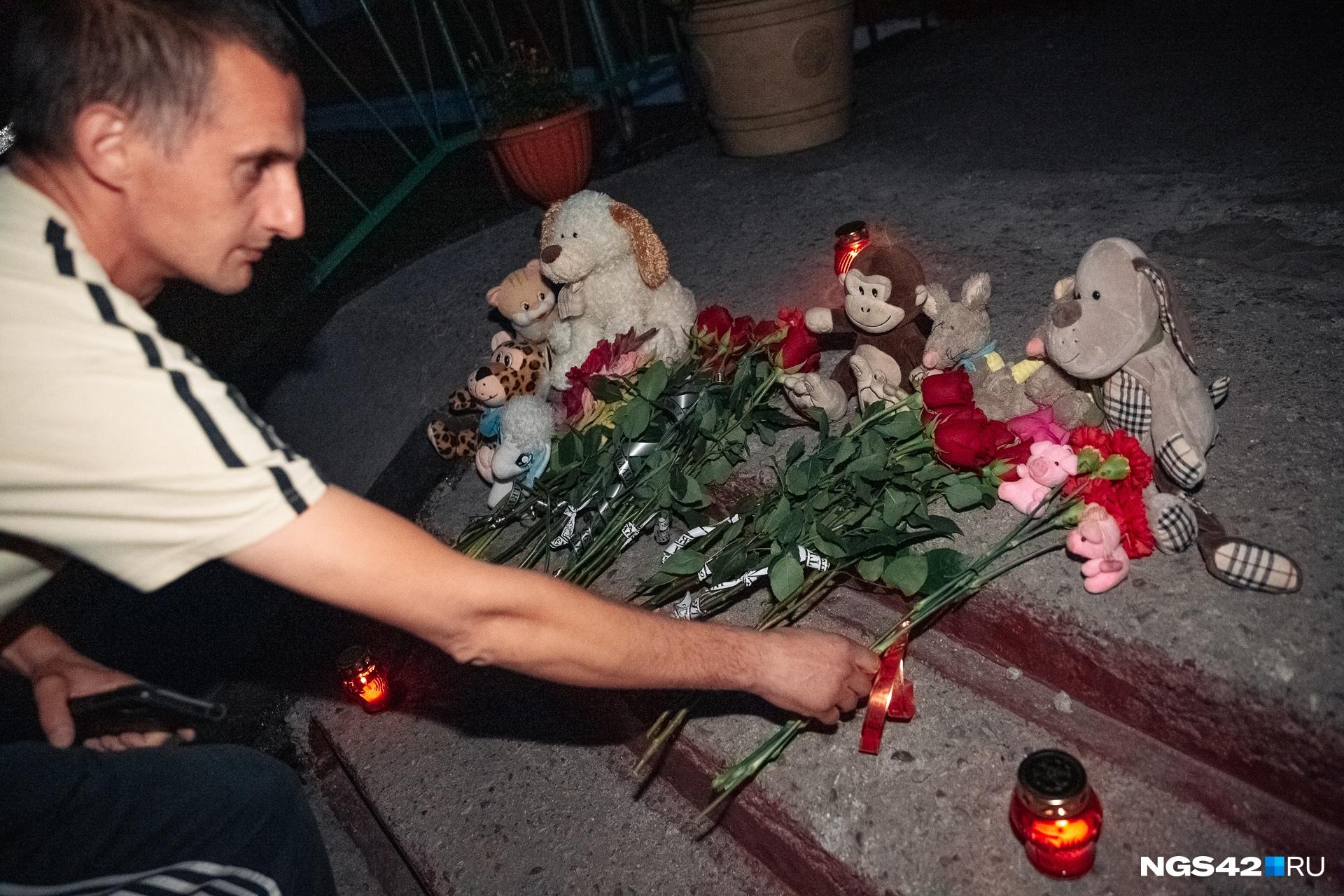 """Стихийный мемориал в память об убитых девочках появился у школы <nobr class=""""_"""">№ 2</nobr>5"""