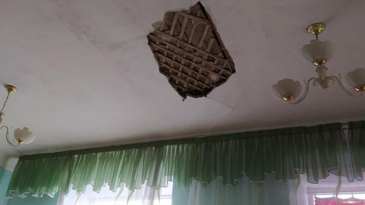 В Челябинской области на школьников во время занятий обрушилась частьпотолка