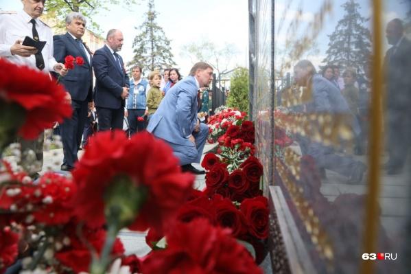 К новому мемориалу возложили цветы