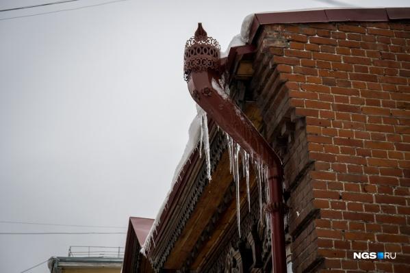 Из-за потепления с крыш домов могут сходить снег и сосульки