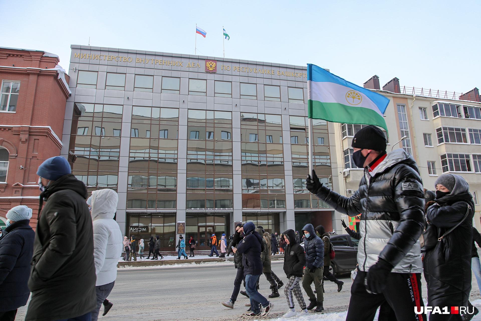 Протестующие, пренебрегая осторожностью, захватили проезжую часть