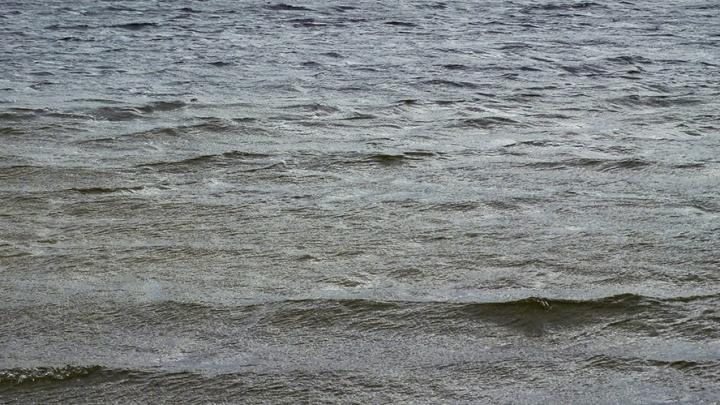 Затопленные водой улицы Волгограда с трудом переплывают многотонные фуры
