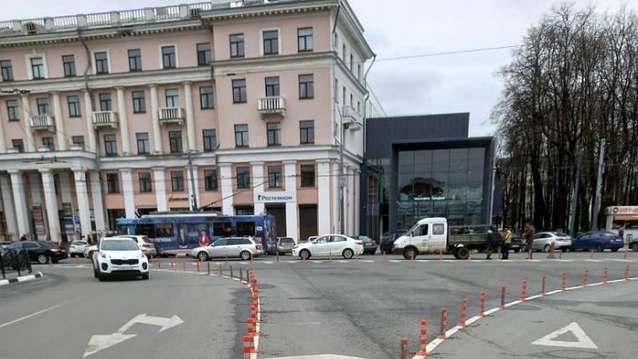 В центре Ярославля на площади поставили столбики безопасности