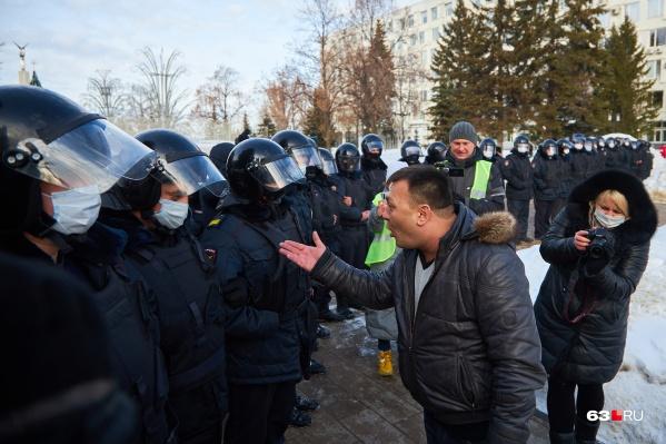 Некоторые митингующие попытались устроить словесную перепалку с ОМОНом